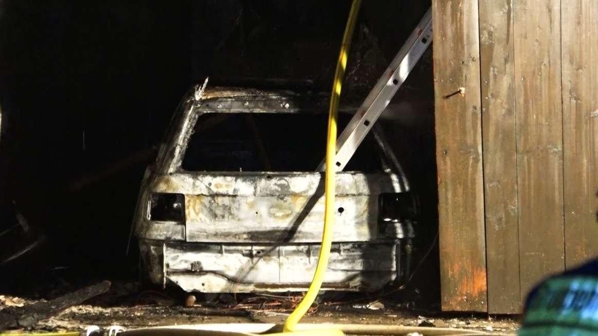 Zerstörtes Auto in der ausgebrannten Garage