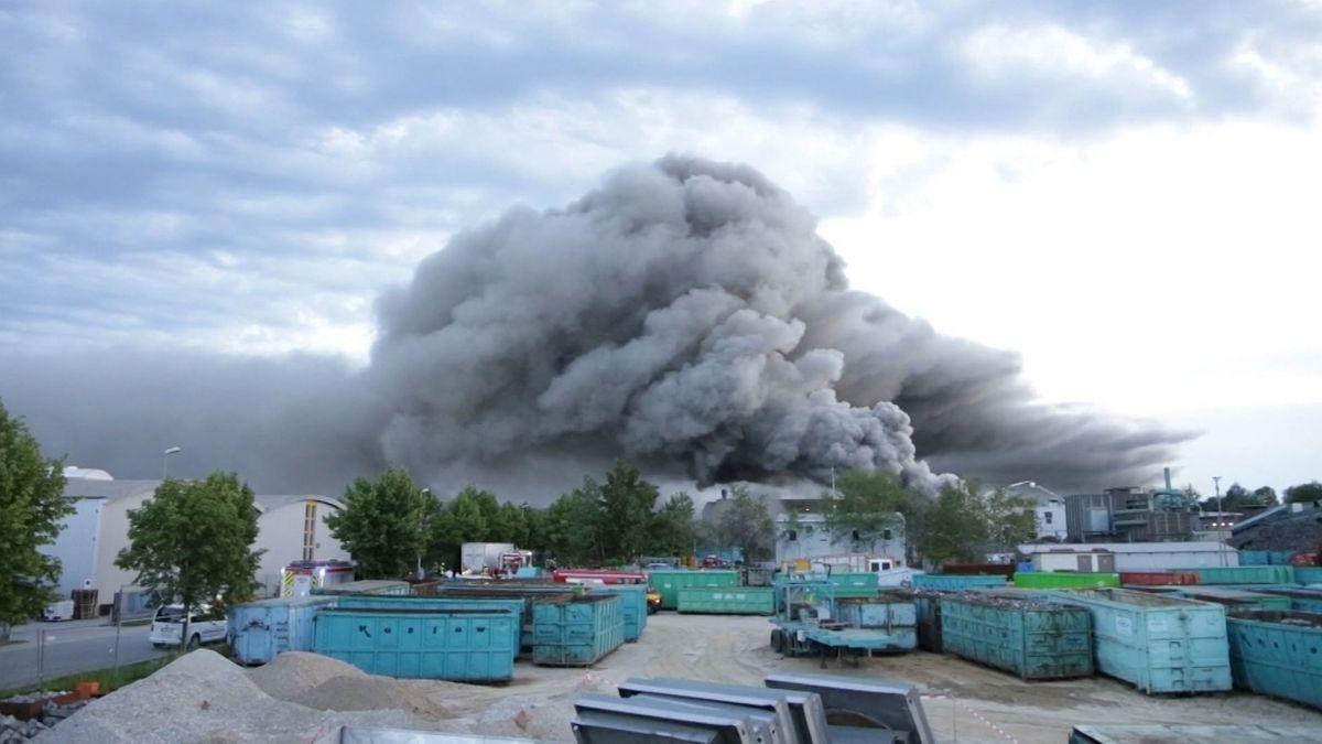 Eine schwarze Rauchwolke steigt über dem Recycling-Betrieb auf