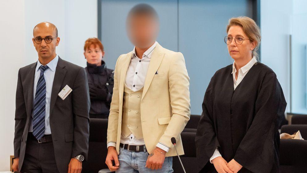 Der syrische Angeklagte Alaa S. zwischen einem Dolmetscher und seiner Verteidigerin. | Bild:pa/dpa/Matthias Rietschel