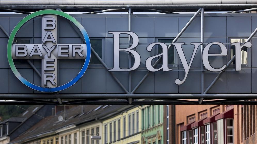 Das Bayer-Logo am Werksgelände.