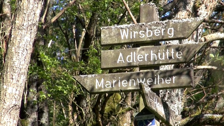 Schilder auf einem Wanderweg