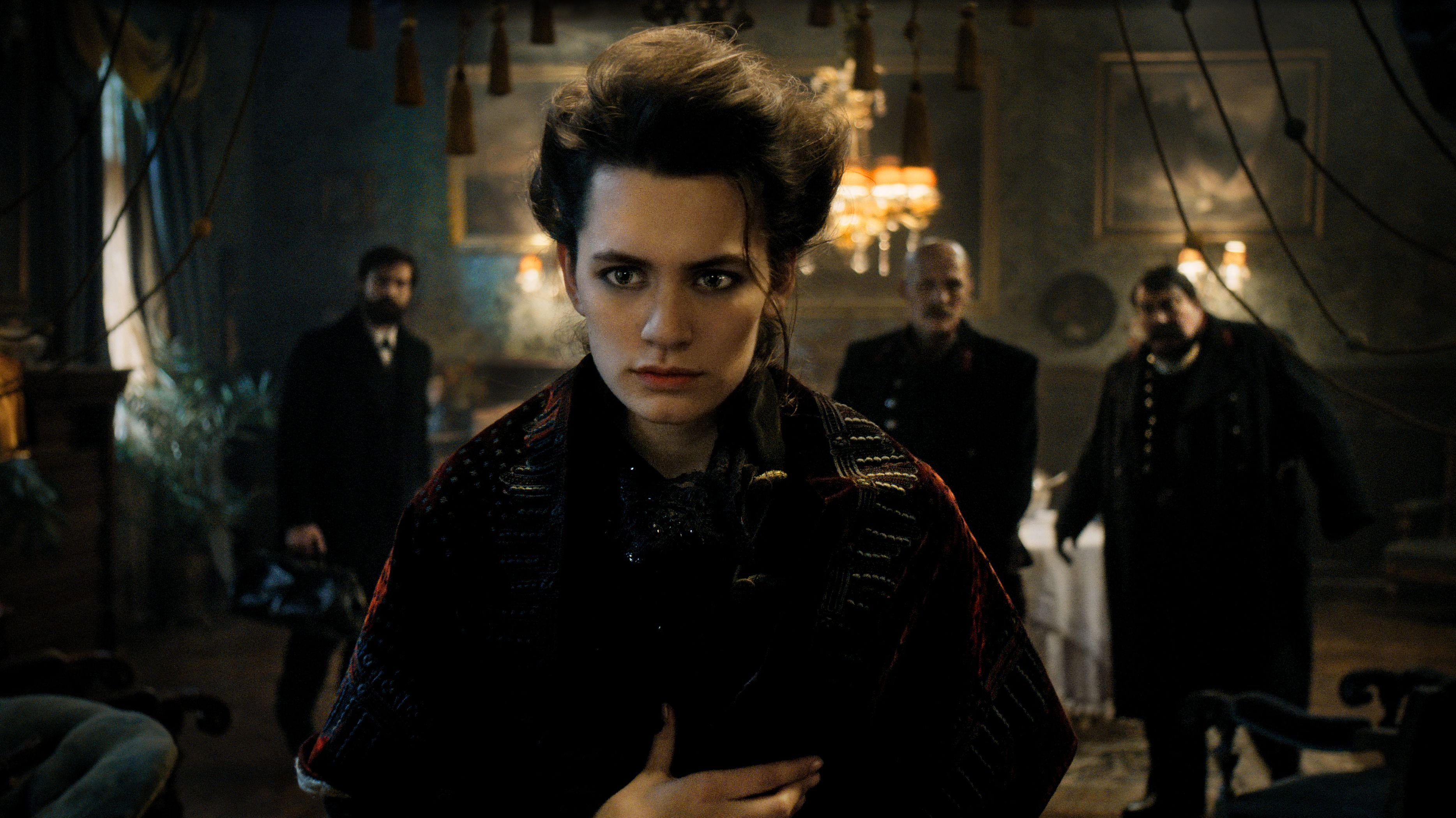 """Szene aus der Serie """"Freud"""": Schauspielerin Ella Rumpf blickt ins Leere, hinter ihr stehen drei Männer und blicken ihr hinterher"""