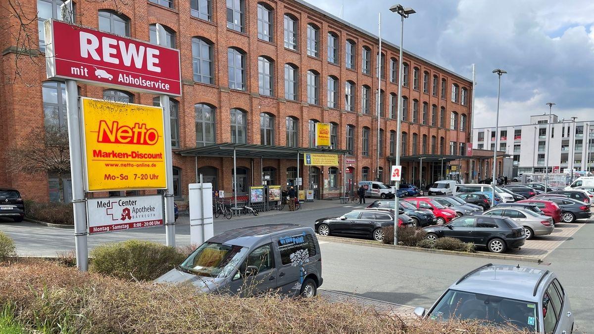 Blick auf das alte Spinnereigebäude in Bayreuth, in dem unter anderem zwei Supermärkte untergebracht sind.