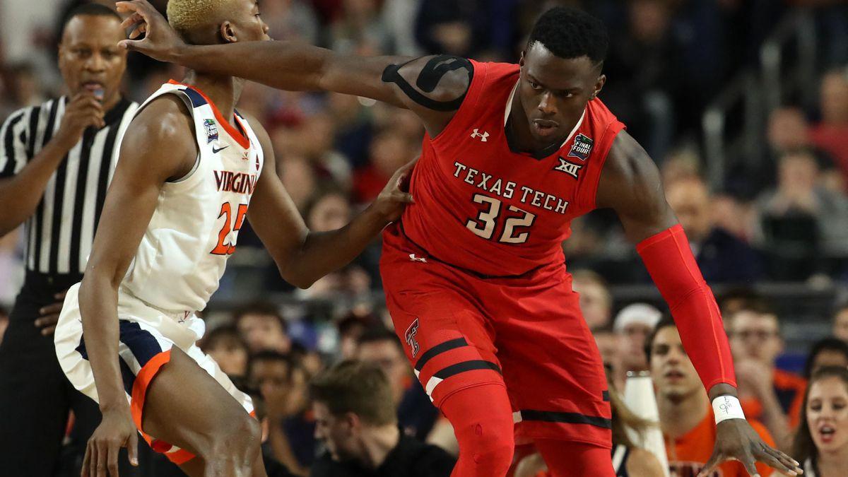 """Norense Odiase im Spiel, er trägt ein rotes Trikot der """"Texas Tech University""""."""