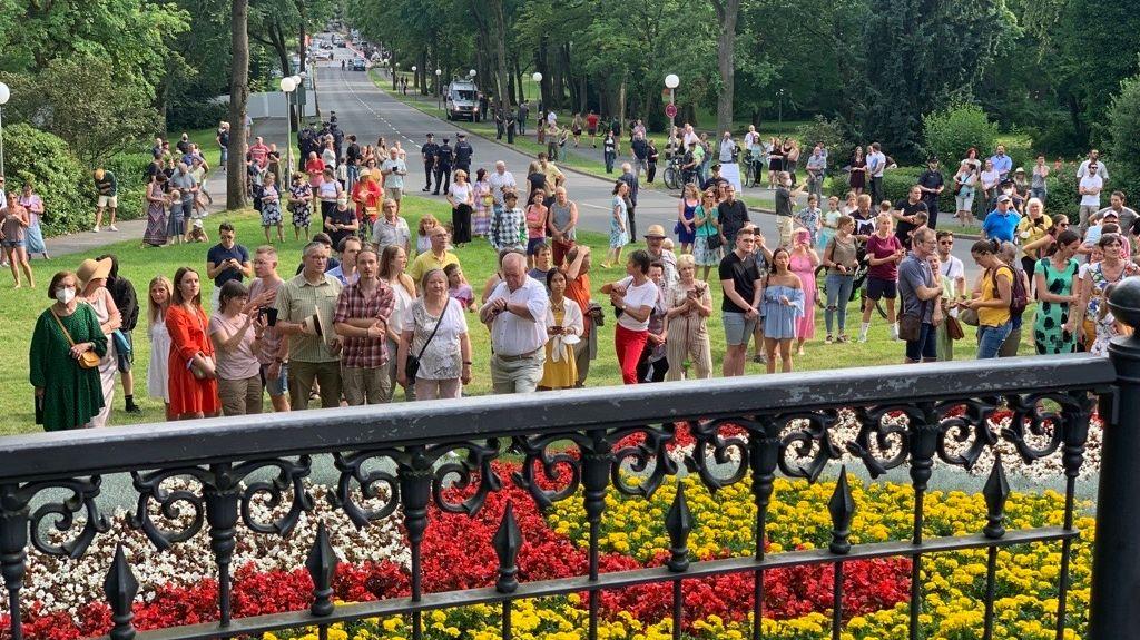 Buntes Treiben: Am Grünen Hügel in Bayreuth ist zur Eröffnung der Festspiele viel los.