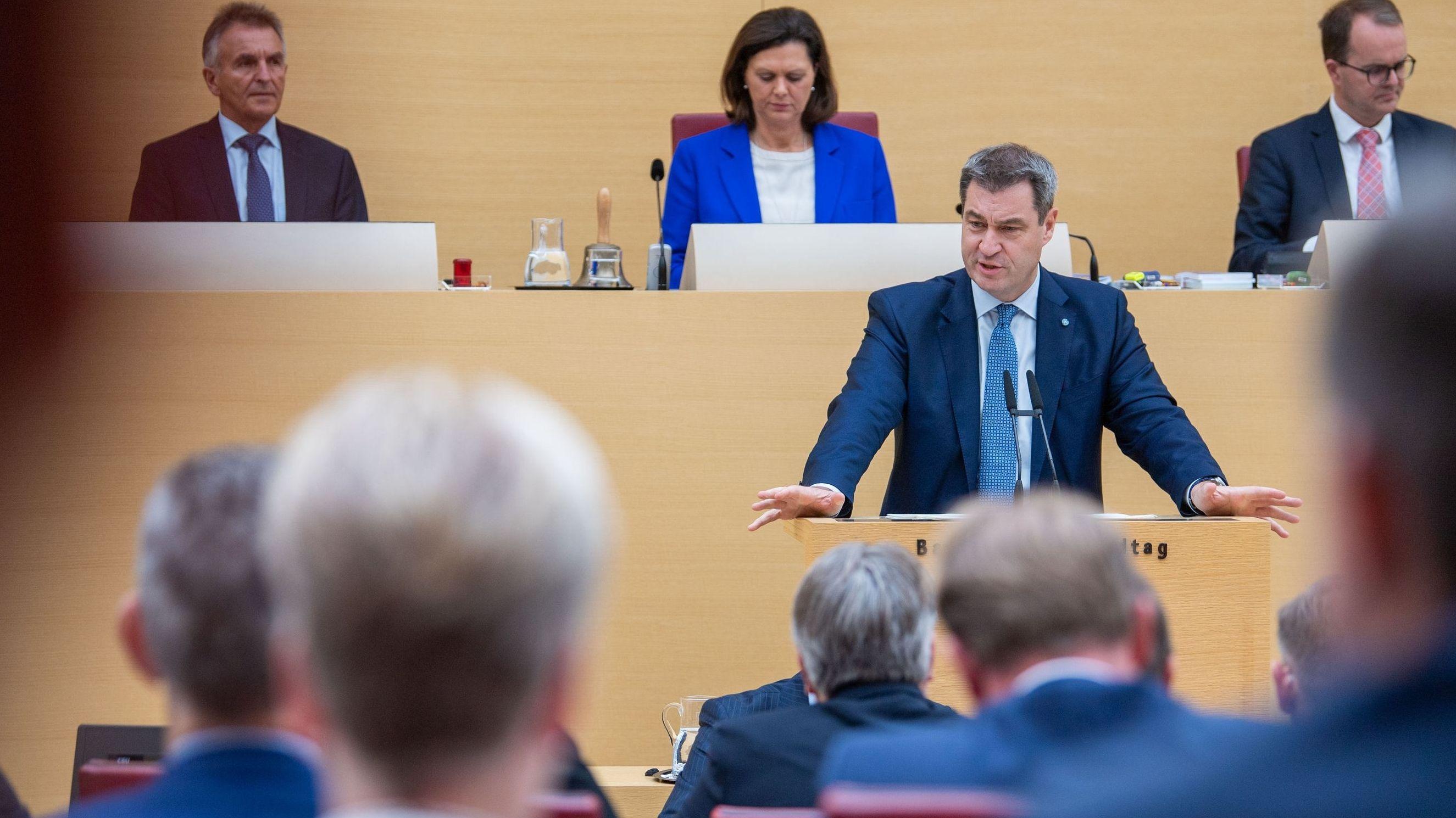 Markus Söder, Ministerpräsident von Bayern, trägt bei der Plenarsitzung im bayerischen Landtag die Regierungserklärung vor.