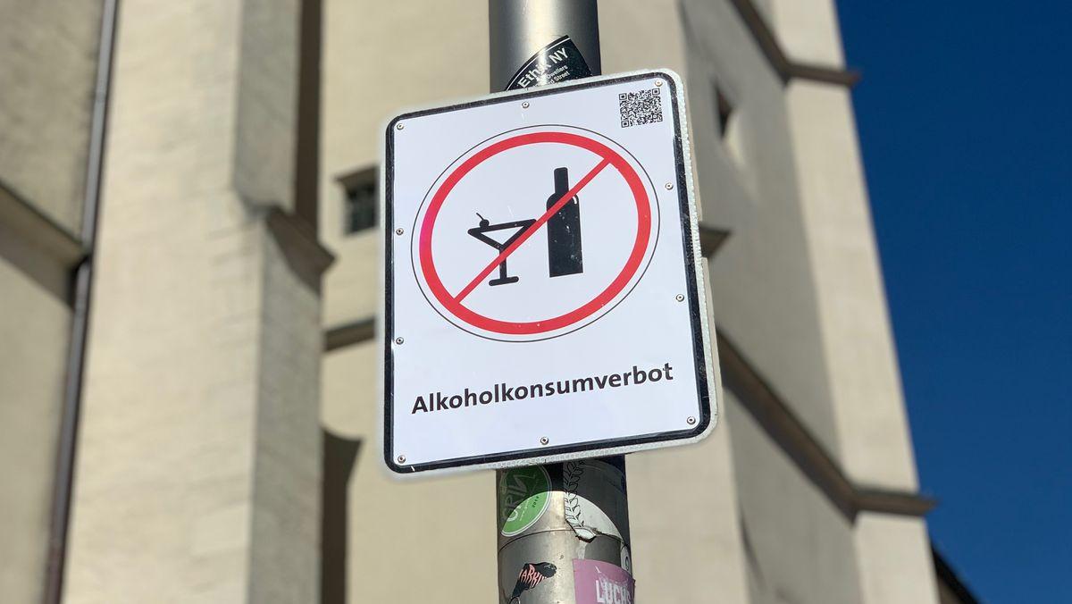 Ein Verbotsschild am Regensburger Neupfarrplatz