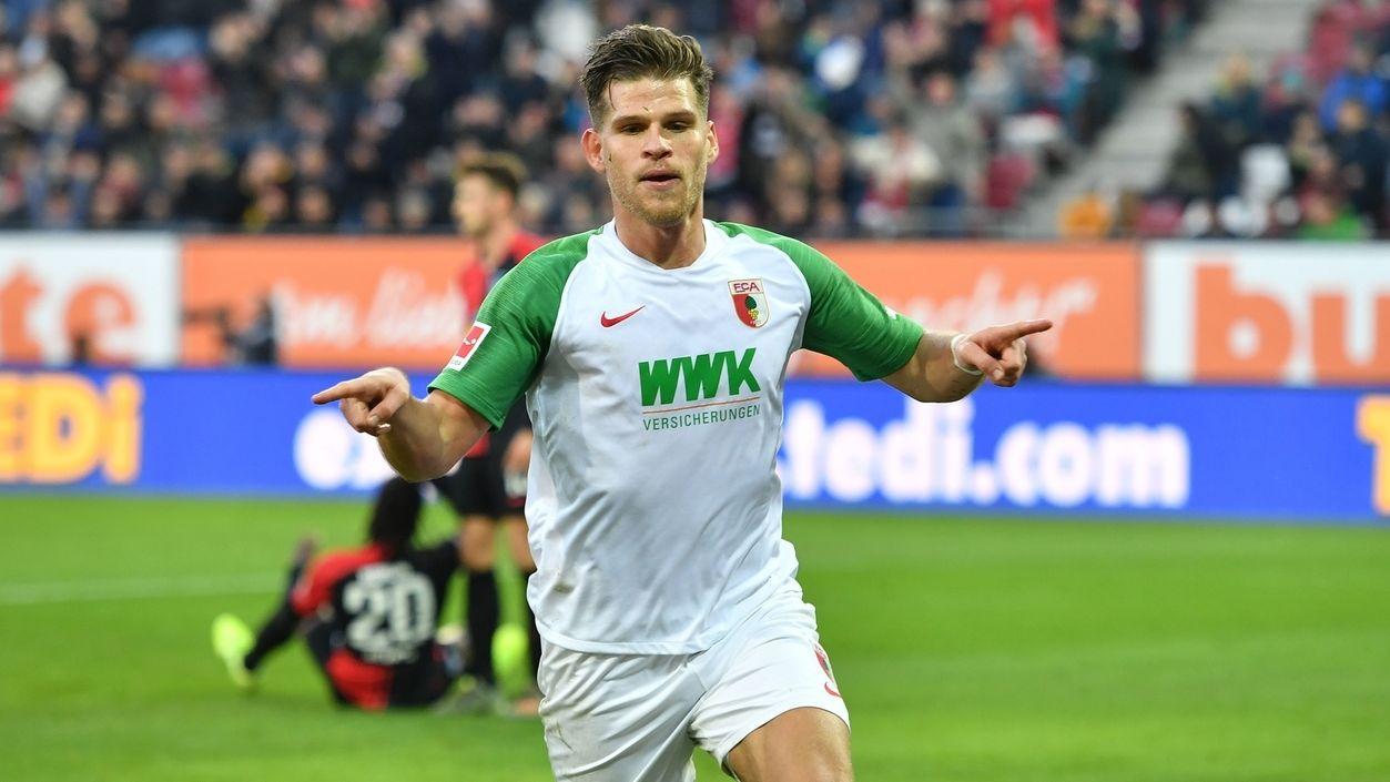 Florian Niederlechner vom FC Augsburg jubelt