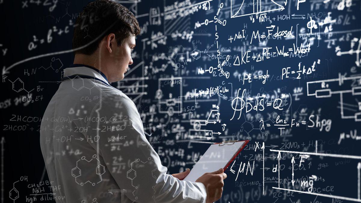Junger Mann in weißem Hemd mit vielen Formeln