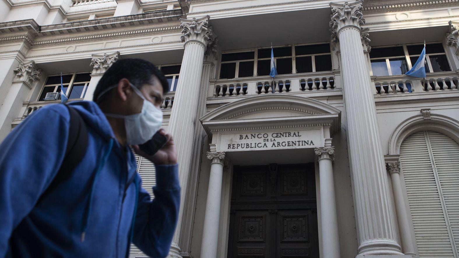 EinMann mit Mundschutzmaske geht an der argentinischen Nationalbank vorbei.