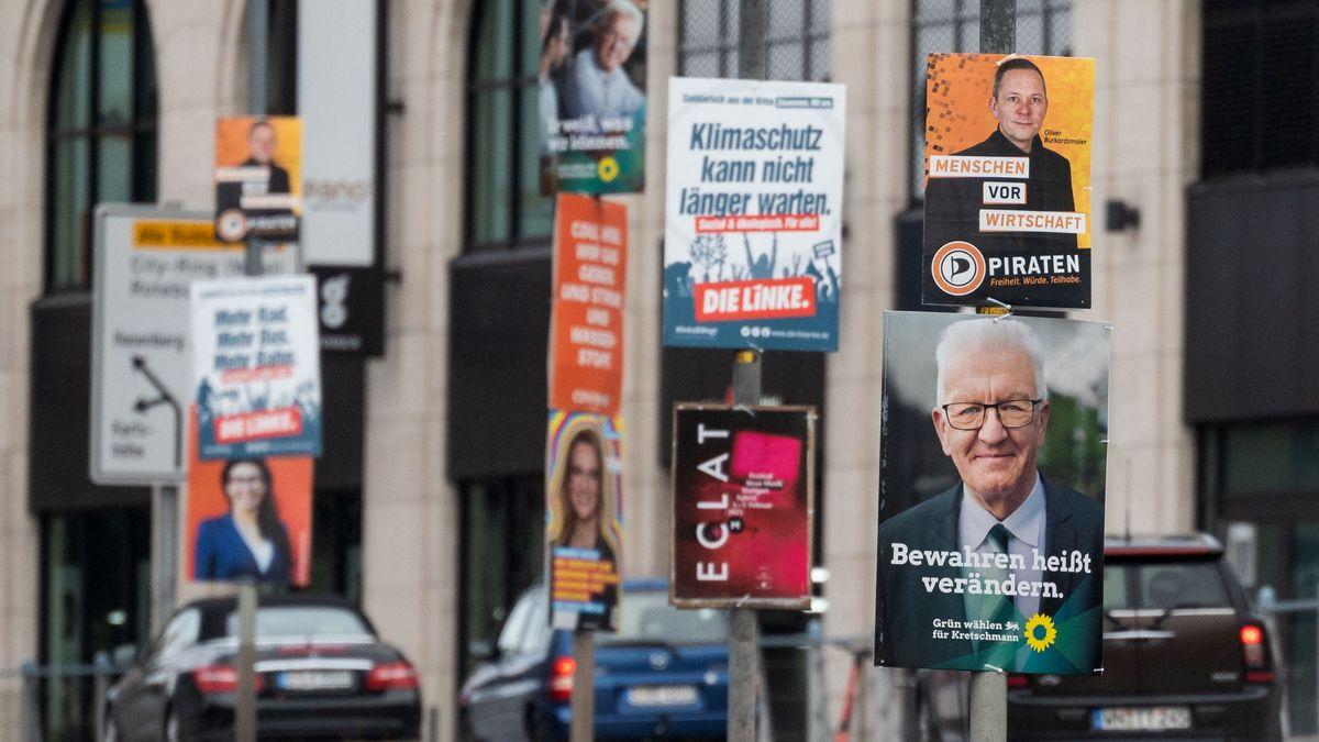 Wahlplakate an einer Straße in Stuttgart