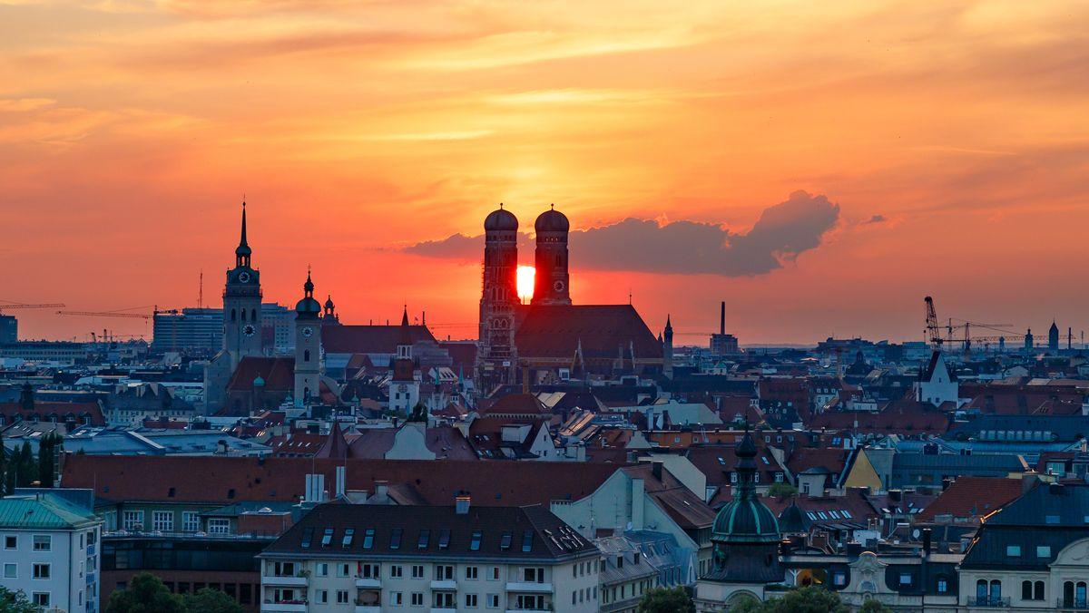 Sonne zwischen den beiden Türmen der Frauenkirche