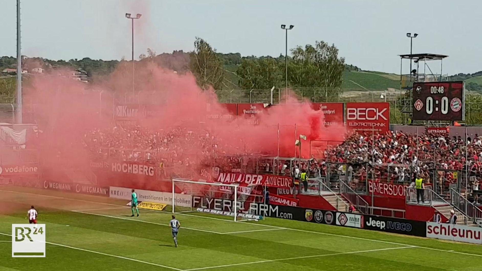 Pyrotechnik im Stadion am Dallenberg in Würzburg