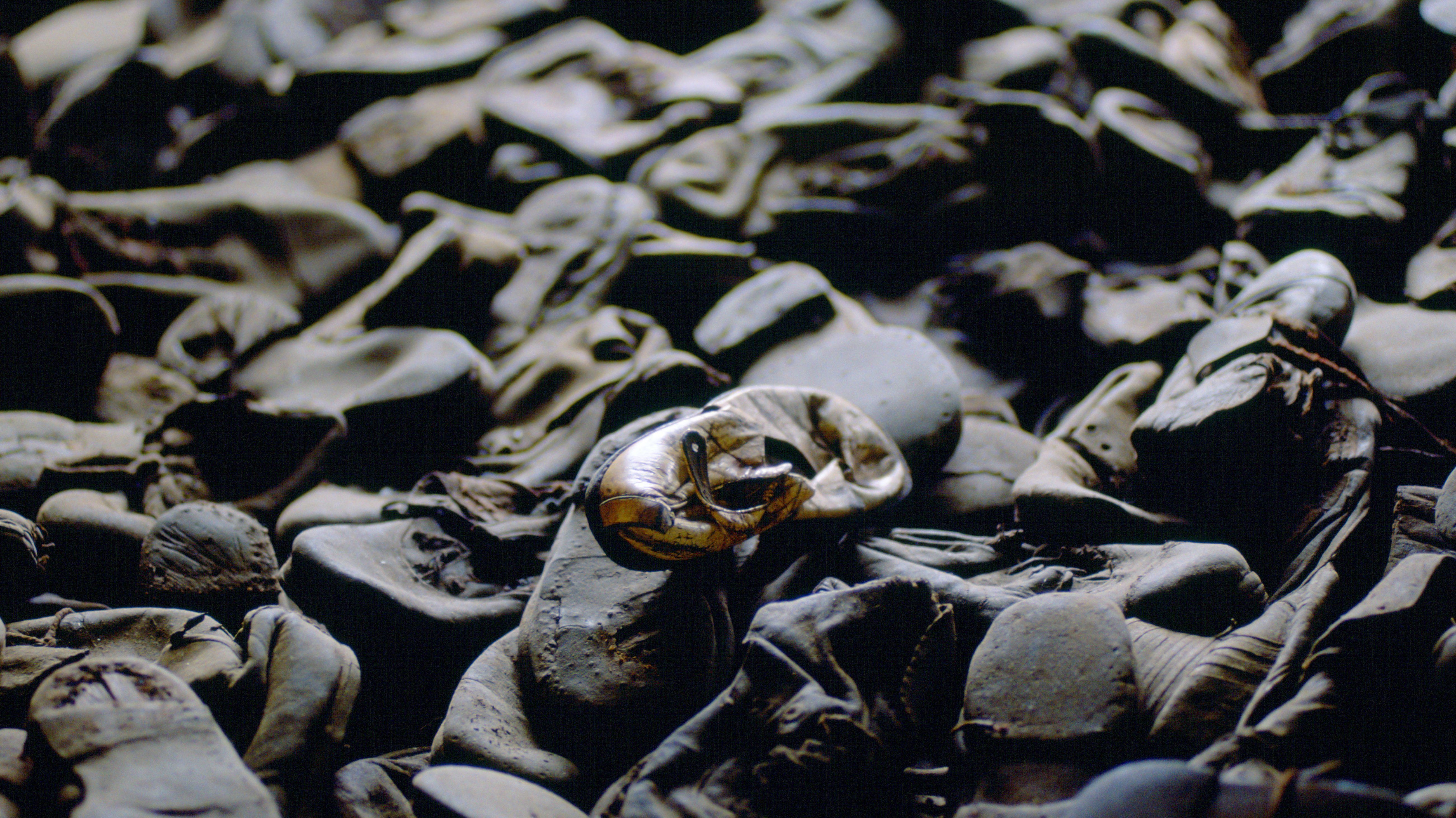 """Schuhe der Ermordeten im Vernichtungslager Majdanek. Ursula Krechel erzählt in ihrem Roman """"Geisterbahn"""" auch von diesem Ort des Todes und der Gewalt."""