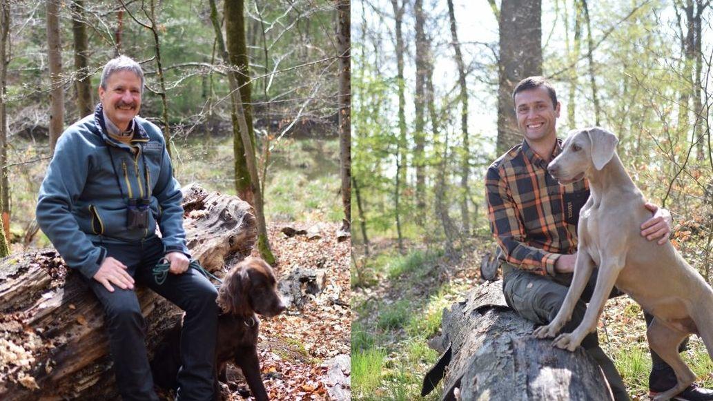 Zwei Männer und zwei Hunde im Wald