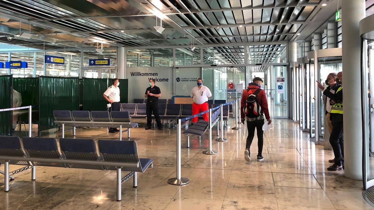 Erntehelfer kommen am Albrecht-Dürer-Airport Nürnberg an.