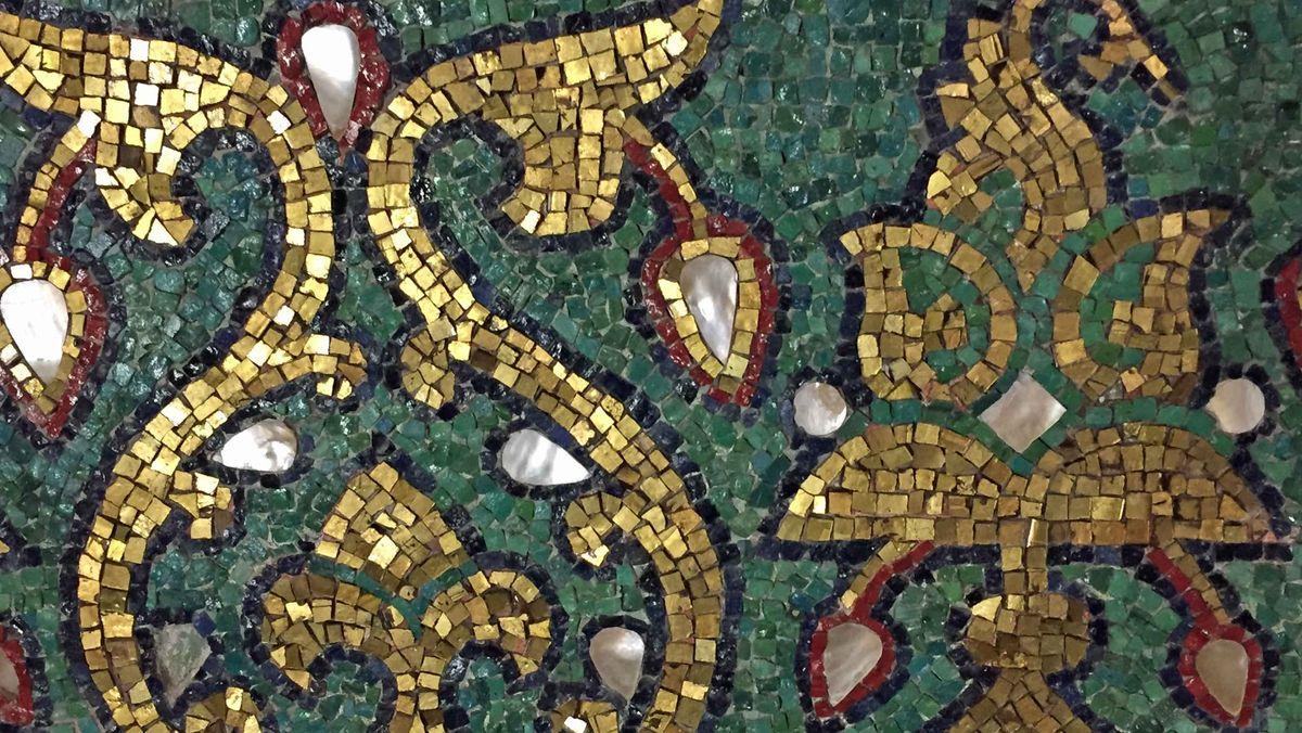 Gold, glänzend und detailreich sind die Mosaike, die im Laufe der Jahrhunderte übrig geblieben sind.