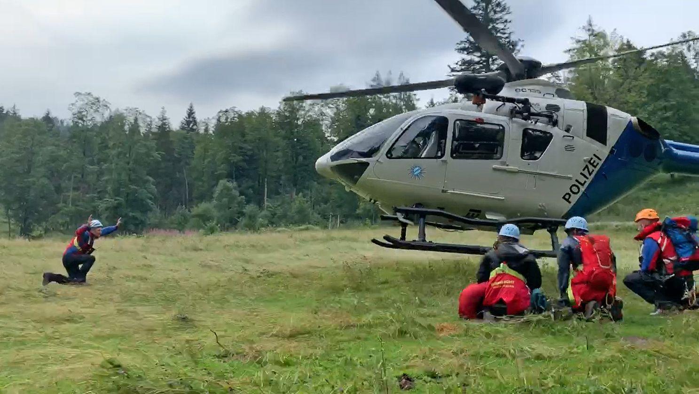 Der Münchner Polizeihubschrauber setzt zur Landung auf einer Wiese an
