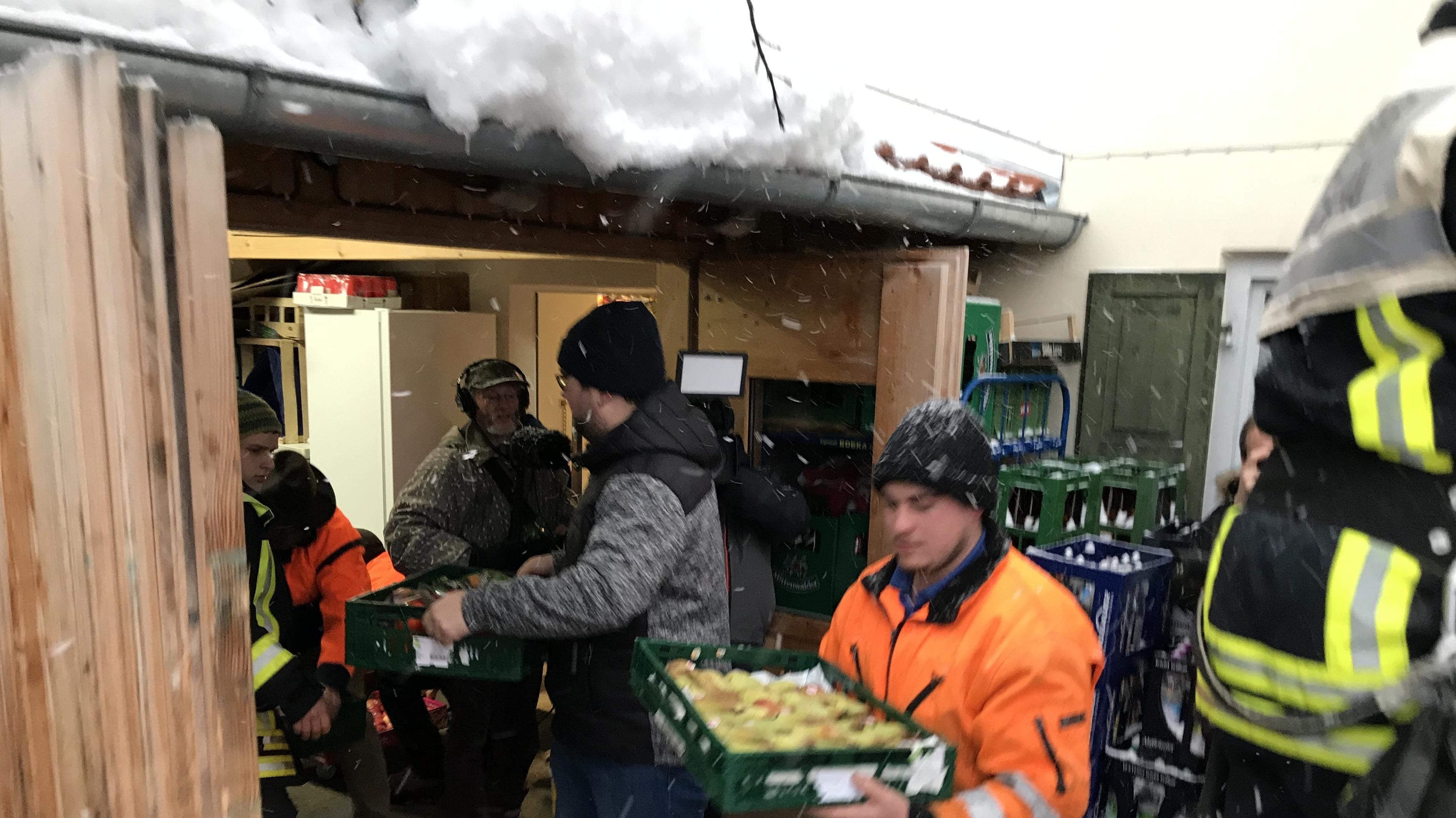 In Jachenau schafft die Feuerwehr Lebensmittel heran. Der Ort am Walchensee ist seit Samstag von der Außenwelt abgeschnitten.
