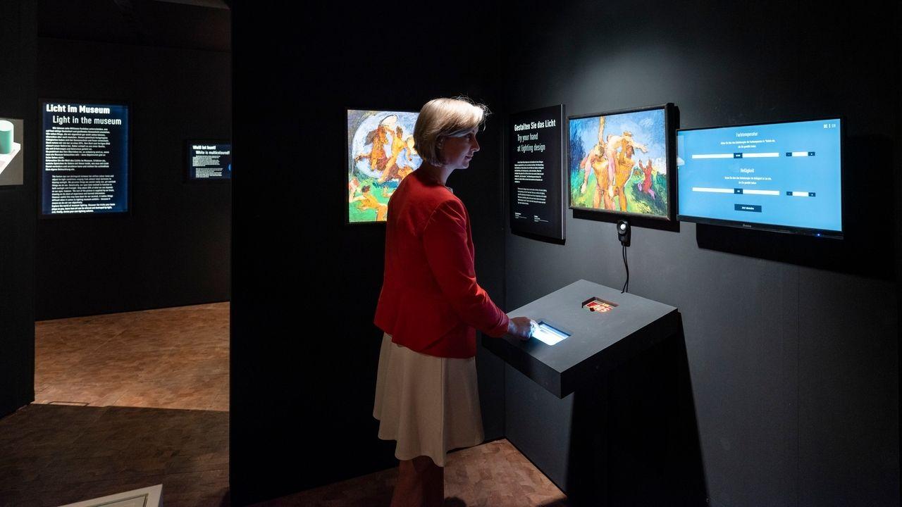 """Eine Besucherin in der Ausstellung """"Abenteuer Forschung"""""""