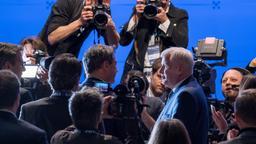 Der bayerische Ministerpräsident Markus Söder (Mitte l, CSU) steht vor den Fotografen nach seiner Wahl zum Vorsitzenden auf dem CSU Sonderparteitag. Rechts der bisherige Parteivorsitzende Horst Seehofer | Bild:dpa-Bildfunk/Peter Kneffel