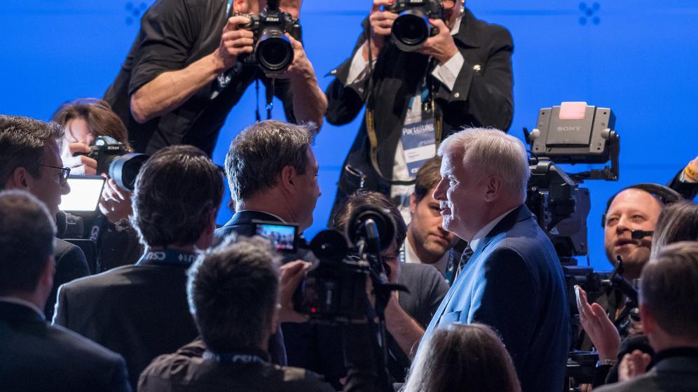 Der bayerische Ministerpräsident Markus Söder (Mitte l, CSU) steht vor den Fotografen nach seiner Wahl zum Vorsitzenden auf dem CSU Sonderparteitag. Rechts der bisherige Parteivorsitzende Horst Seehofer   Bild:dpa-Bildfunk/Peter Kneffel