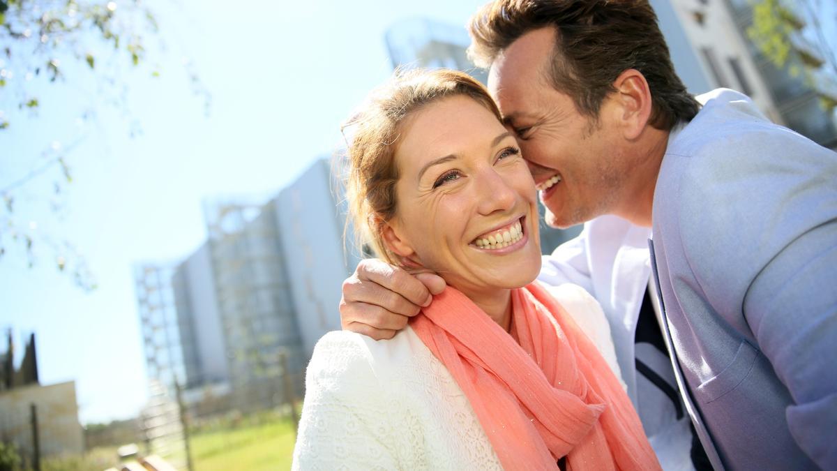 Dieses Paar strahlt vor Glück. Am 20. März ist Weltglückstag.