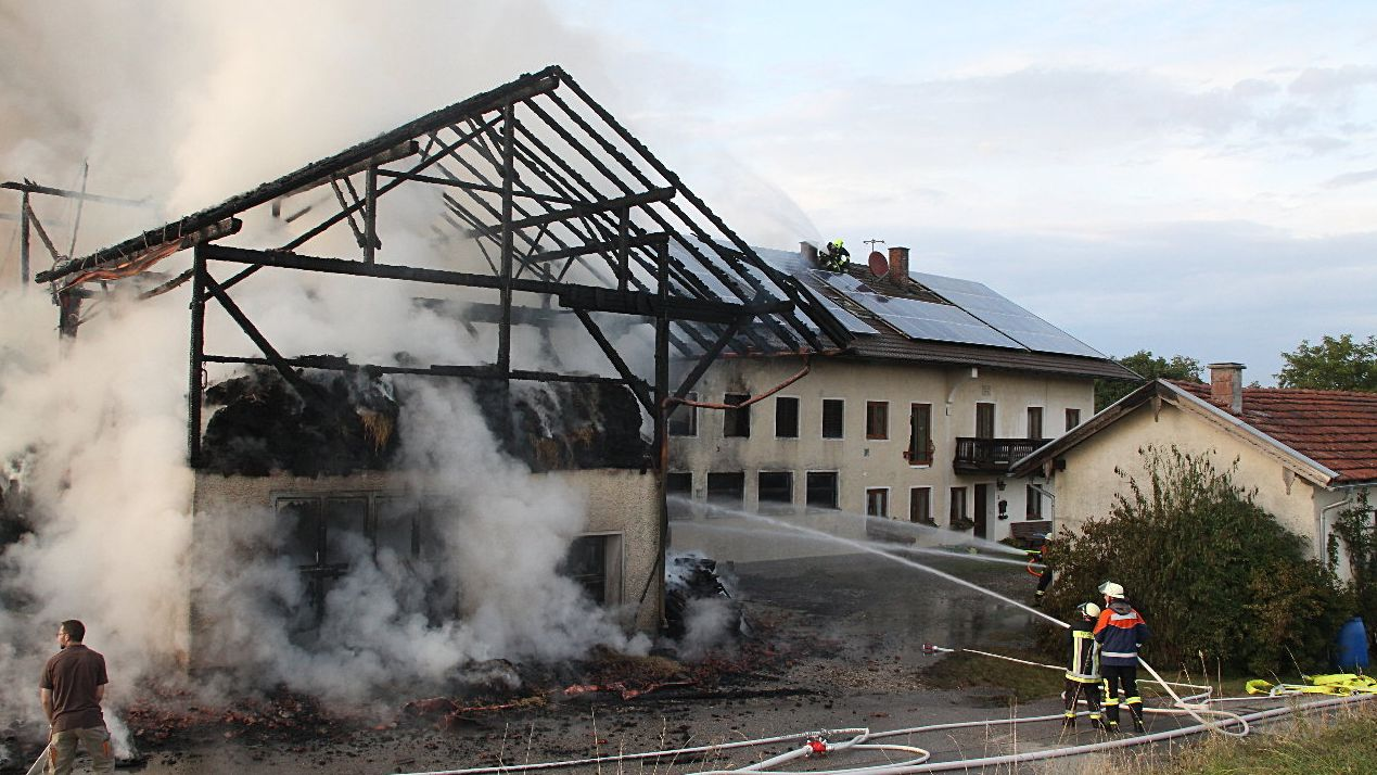Großbrand auf Bauernhof in Edling