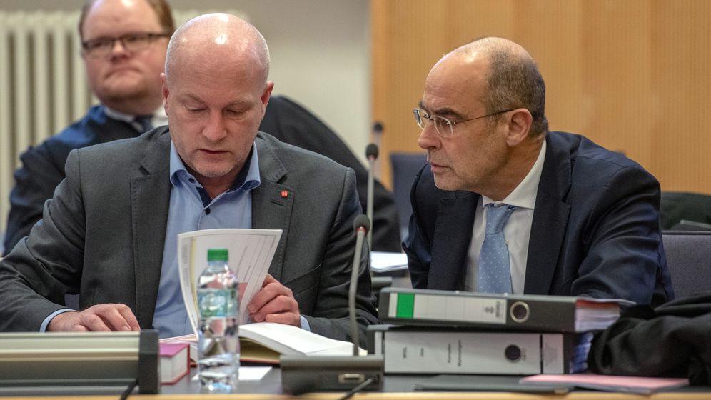 Joachim Wolbergs (links), der suspendierte OB von Regensburg, sitzt im Gerichtssaal des Landgerichts neben seinem Verteidiger Peter Witting. | Bild:picture alliance/Armin Weigel/dpa