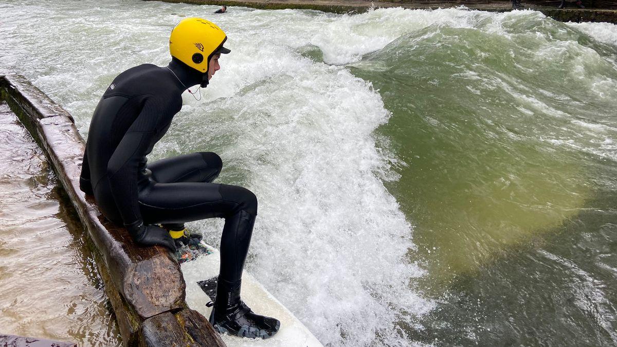 Ben, der blinde Surfer an der Münchner Eisbachwelle.