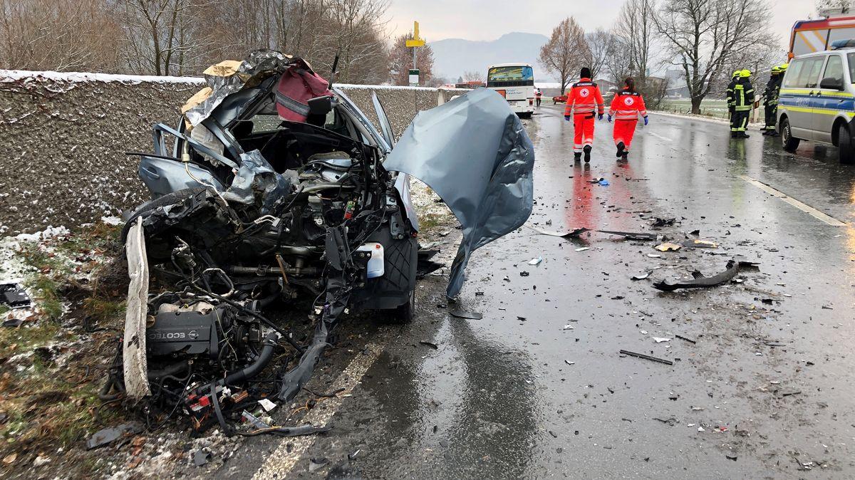 Völlig zerstörter Opel Corsa, nach dem Zusammenstoß