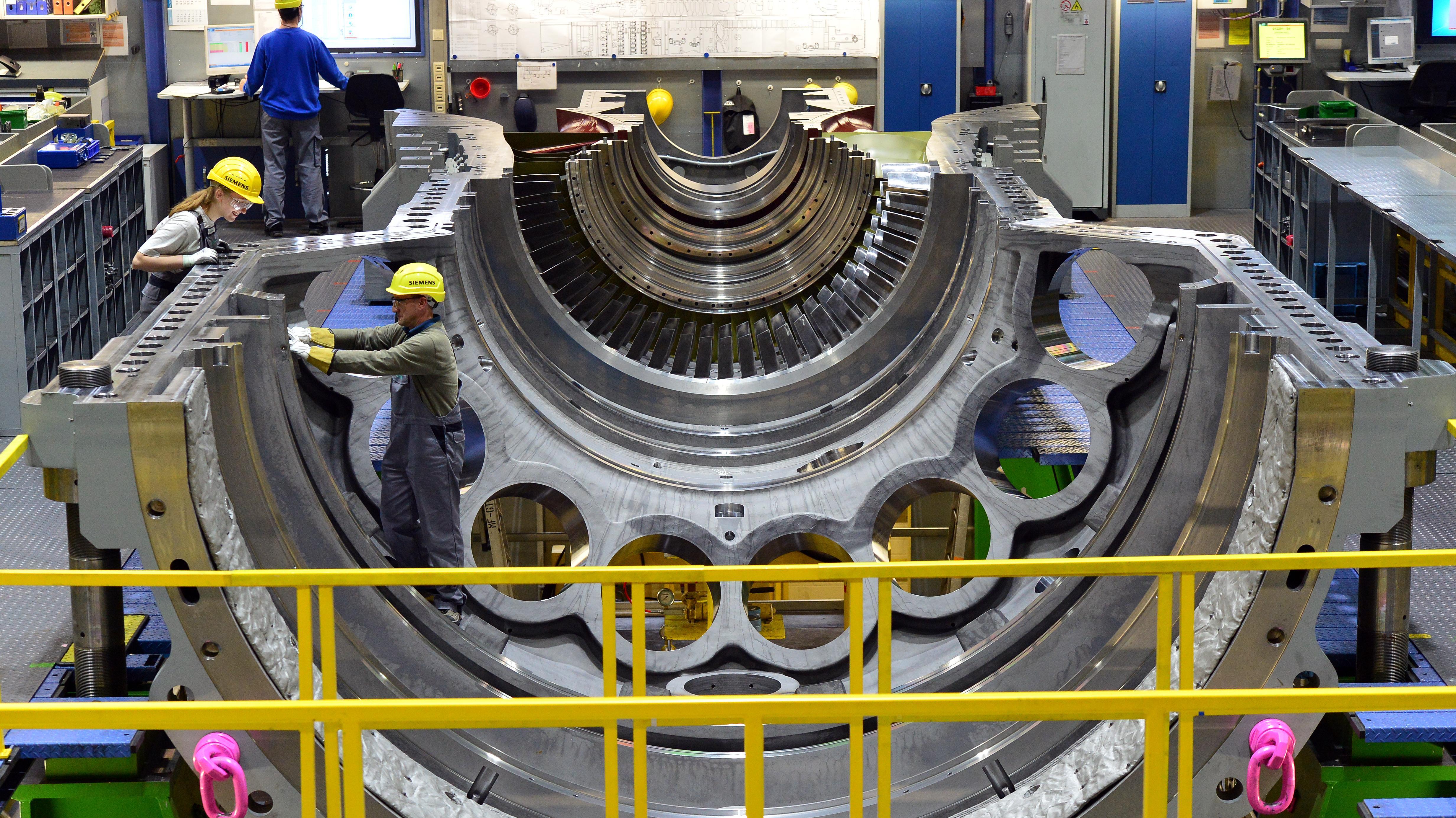 Siemens-Mitarbeiter arbeiten am 02.03.2017 in Berlin im Siemens-Gasturbinenwerk an einer Gasturbine