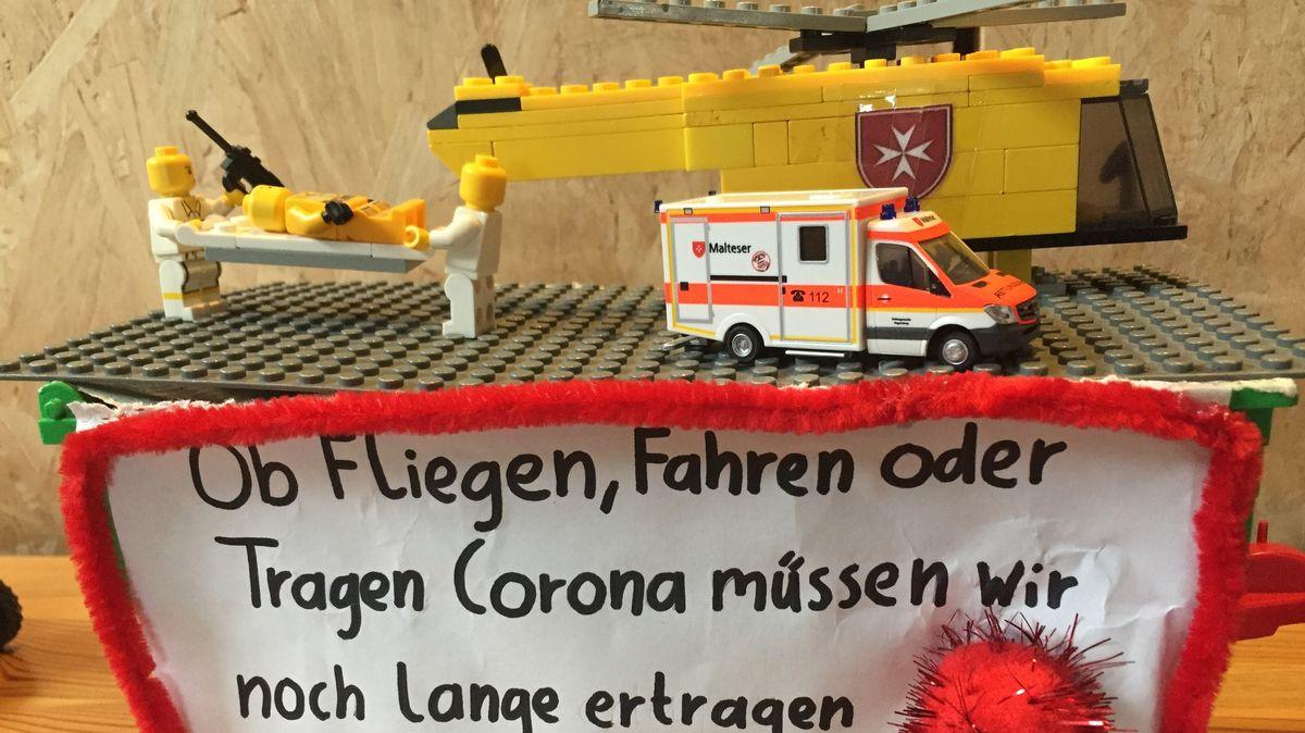 Faschingswagen mit Aufbau aus Lego-Bausteinen.