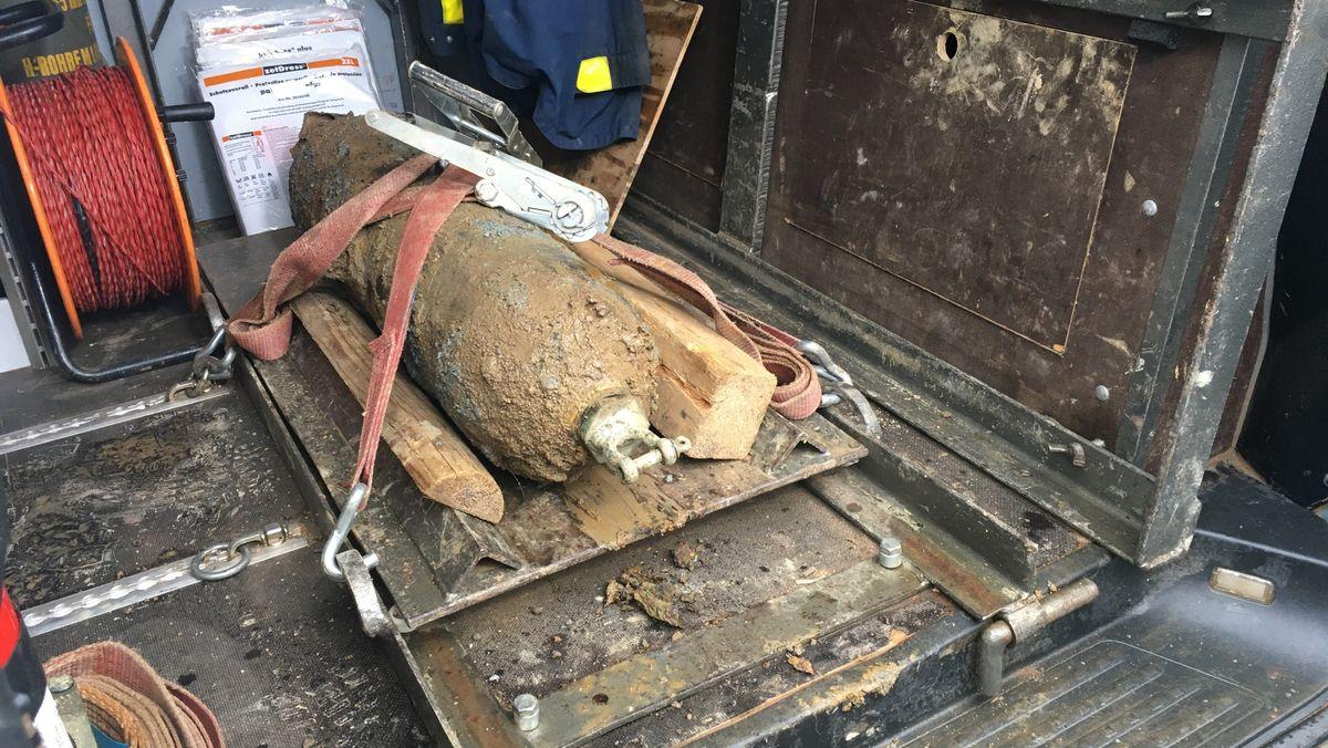 Eine gesicherte Bombe aus dem Zweiten Weltkrieg liegt auf der Ladefläche eines Transporters.