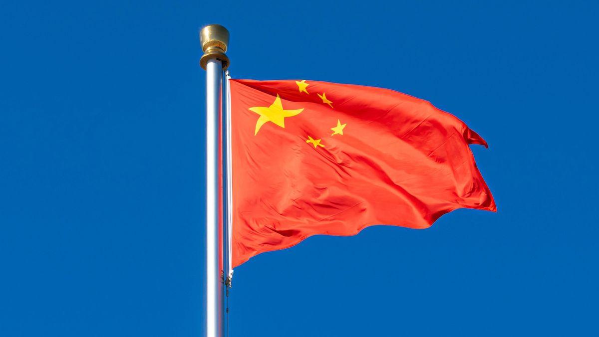 Flagge der Volksrepublik China auf dem Tian'anmen-Platz in Peking