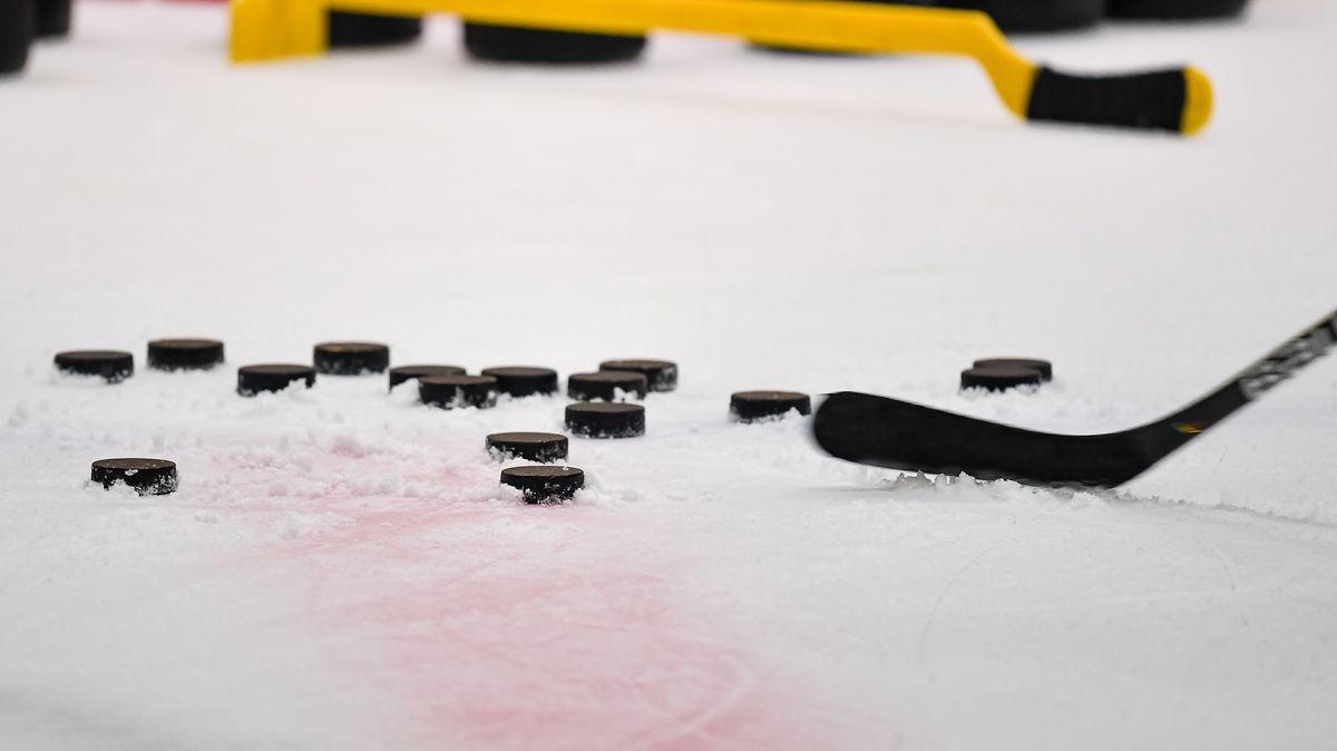 Eishockey-Schläger und Pucks