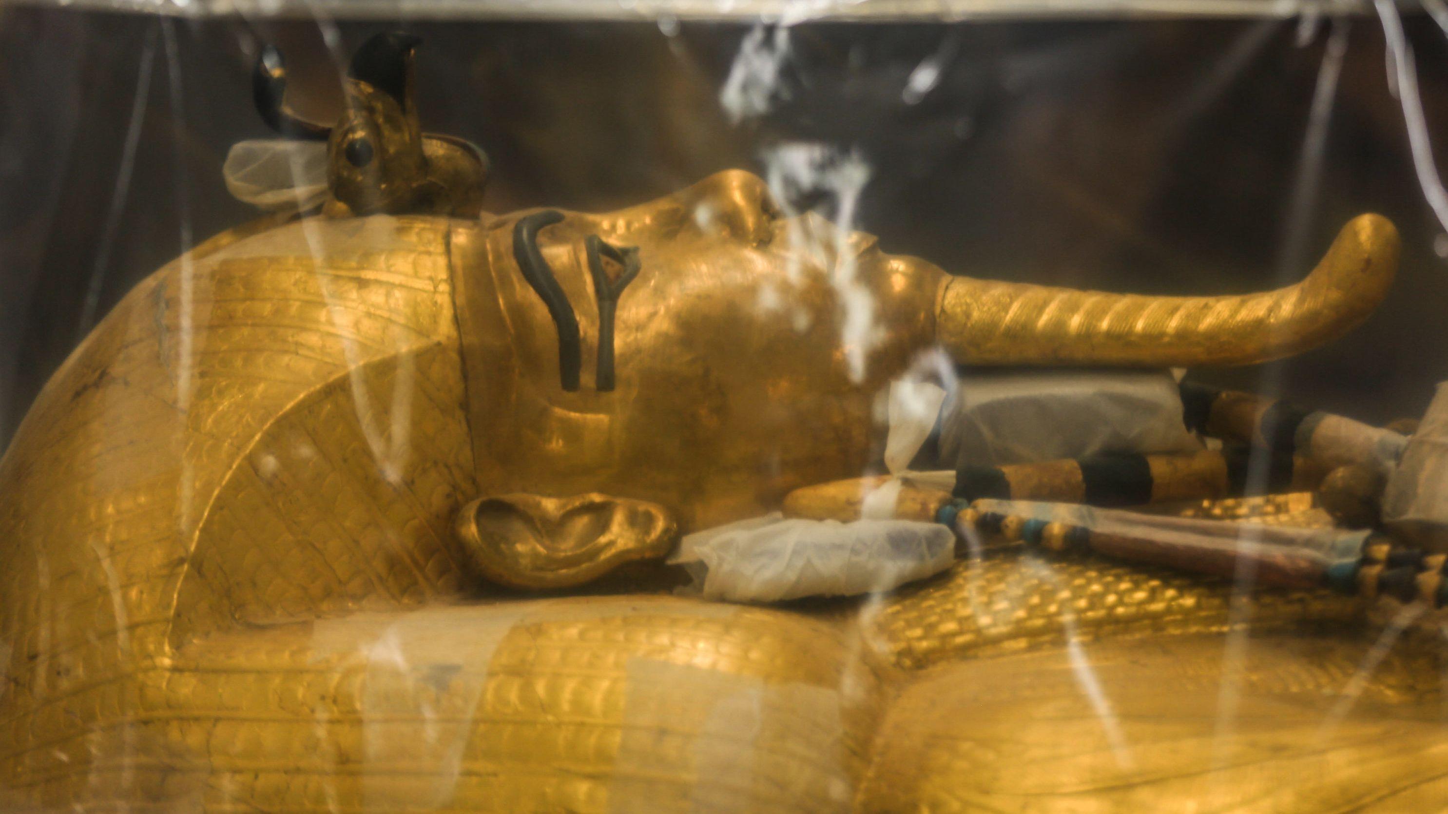 Der vergoldete Sarkophag des ägyptischen Pharaos Tutanchamun wartet auf seine Restaurierung