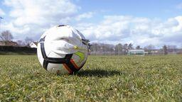 Fußball mit Mund-Nasen-Schutzmaske   Bild:picture-alliance/dpa