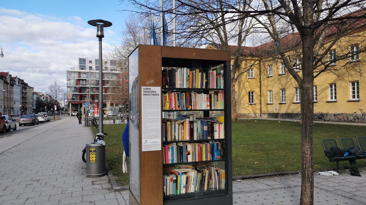 Vor dem Nordbad in Schwabing steht Münchens erster und ältester Bücherschrank.