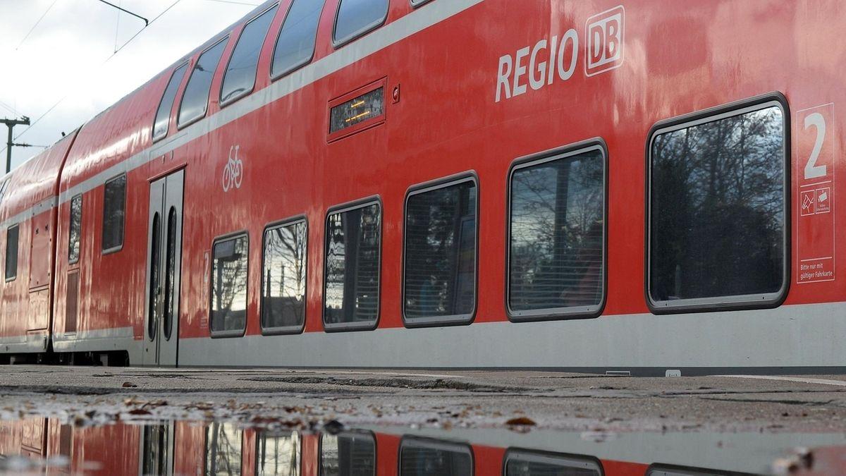 Ein Zug der Deutschen Bahn steht an einem Bahnsteig.