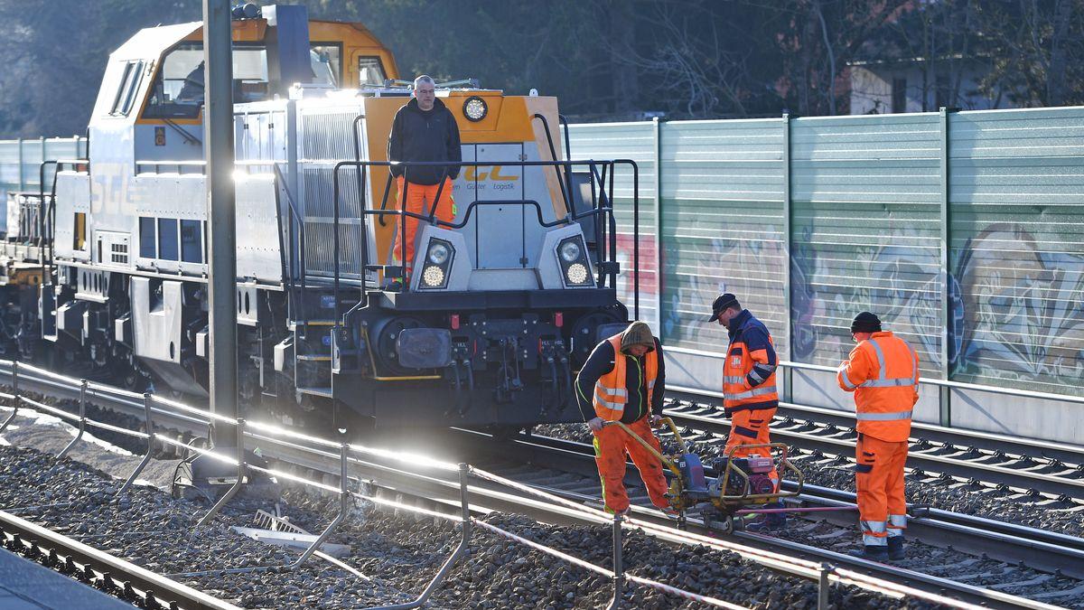 Gleisbauzug, Gleisbaumaschine. Gleisarbeiter beim Ausbauen von Bahnschienen,Gleisarbeiten in Gronsdorf bei Muenchen am 22.03.2019.