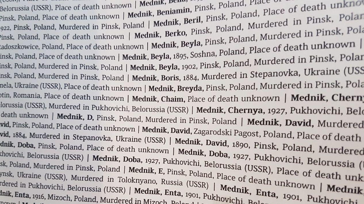 In einem Buch sind die Namen von Holocaust-Opfern zu lesen.