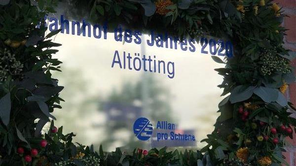 """Die Siegertafel für den """"Bahnhof des Jahres"""" in Altötting."""