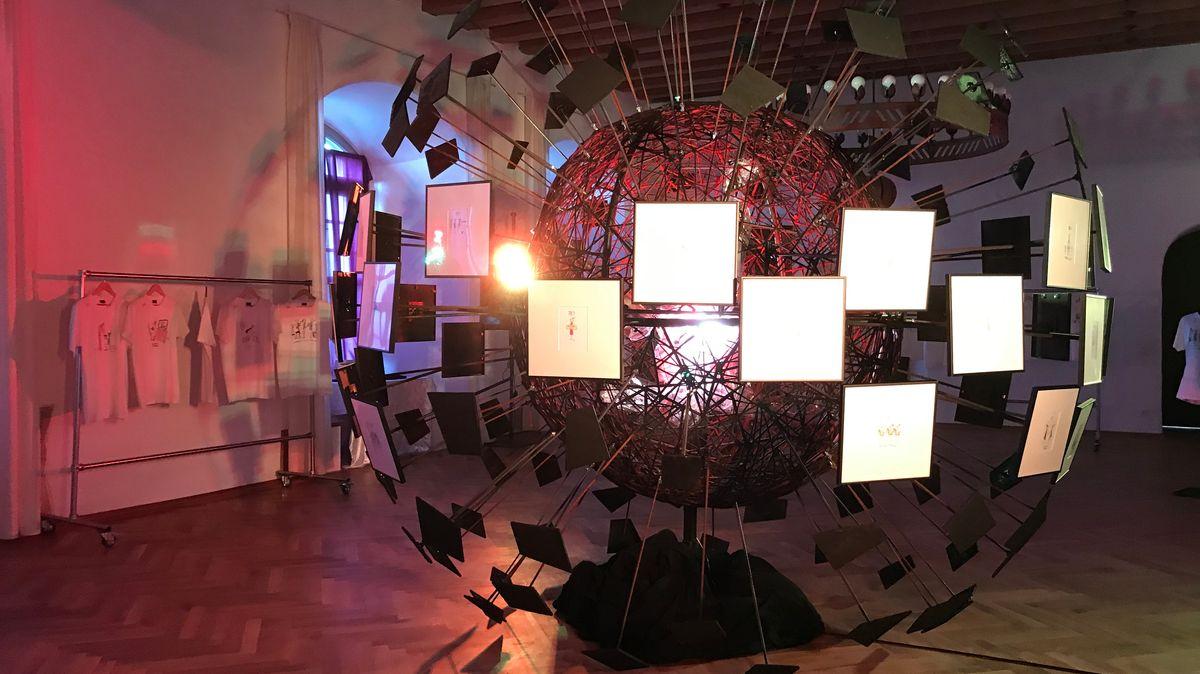 Christian Eberle, Kulturreferent im Landkreis Passau entwickelte die Idee, die Zeichnungen in der Landkreisgalerie auf Schloss Neuburg auszustellen. Eberle lässt ein drei Meter großes Corona-Virus-Modell bauen und die kleinen Zeichnungen an die großen Zacken des Virus montieren.