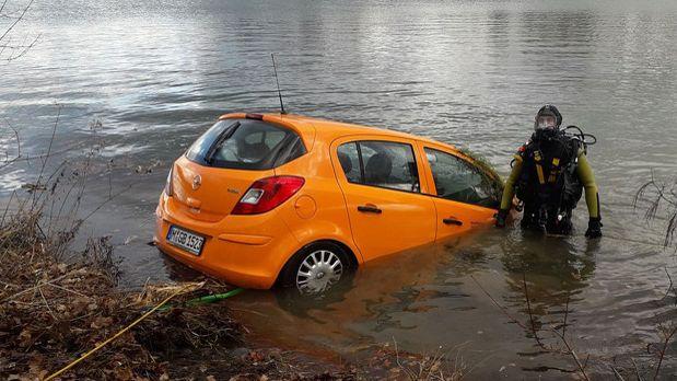 Die Feuerwehr zieht den Opel Corsa aus dem Feldmochinger See.