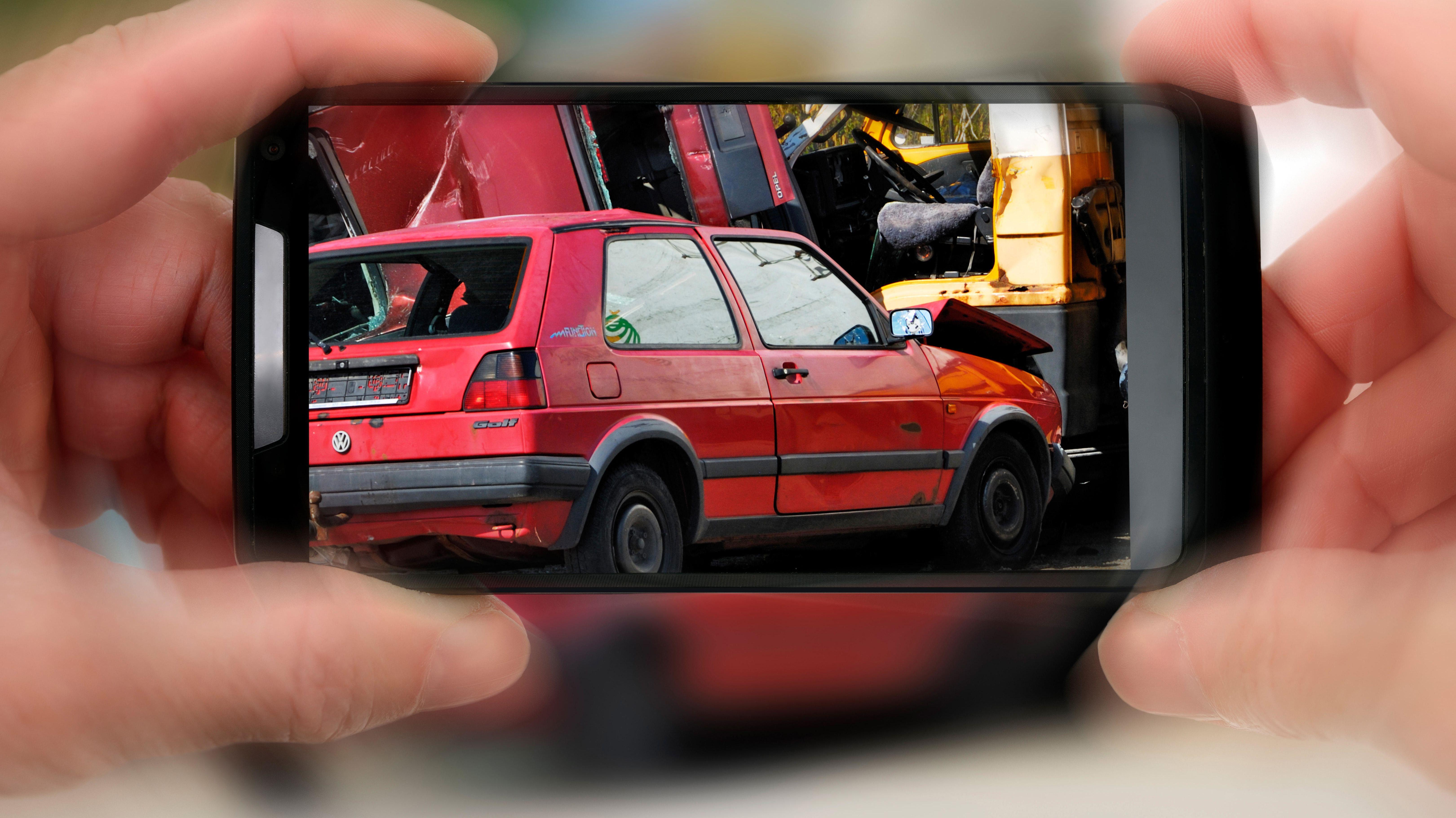 Schaulustiger fotografiert Unfall
