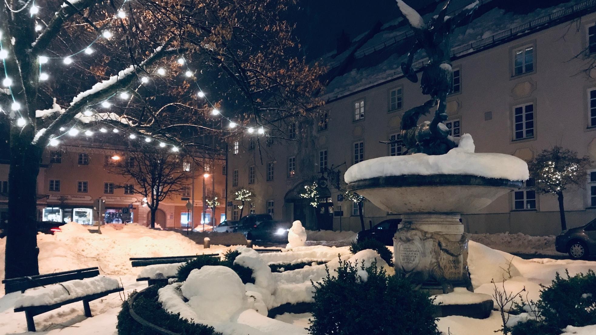 Miesbach: Romantische Schneestimmung am Michaelsbrunnen.