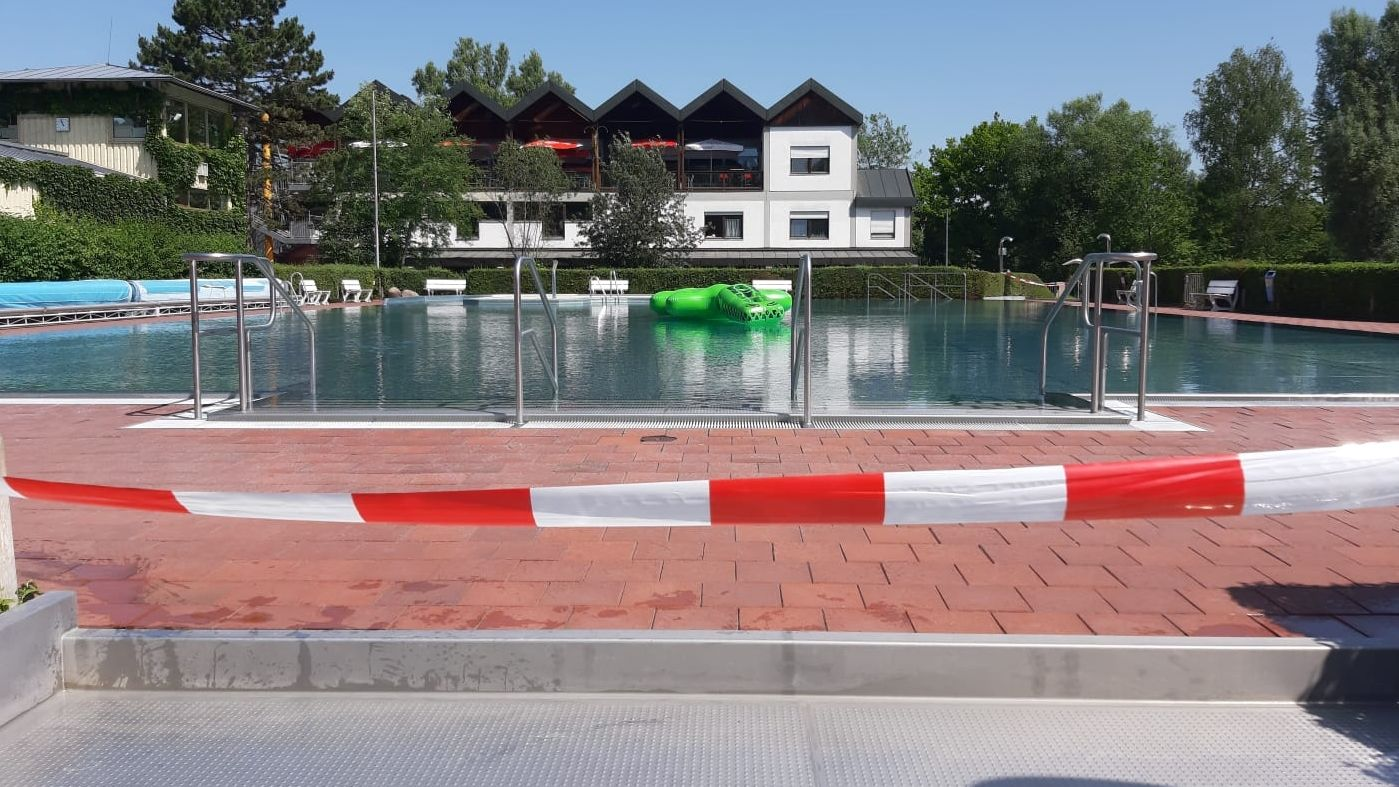 Das Wasser ist getrübt, Absperrbänder trennen das Becken von den Liegeplätzen