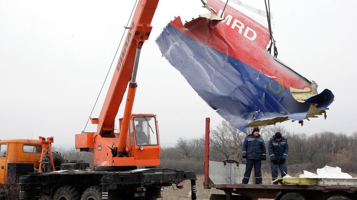 Arbeiter bergen die Trümmer des abgestürzten Flugzeugs MH17.
