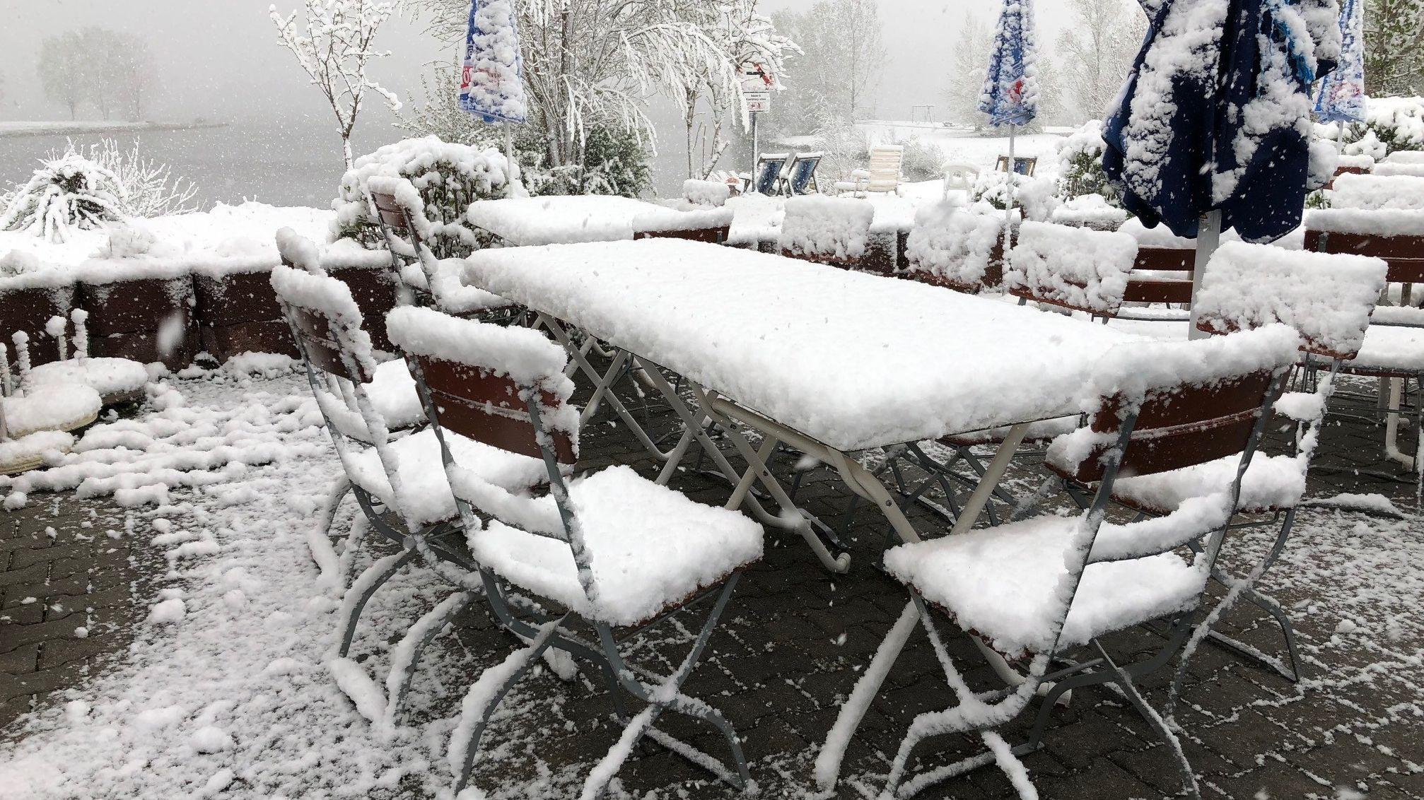 Schnee auf einer Ausflugsterasse am Rottachsee